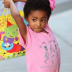 """Ex-""""Spice Girl"""" Mel B hat ihrer Tochter Angel Iris eine kleine Blume ins Haar gesteckt. Das süße Krauselhaar hat sie aber wohl von Papi Eddy Murphy geerbt."""