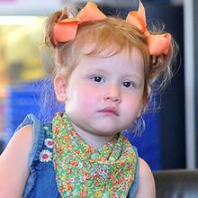 Von Kopf bis Fuß immer up-to-date: Die Star-Minis setzen schon jetzt süße Haar-Trends.