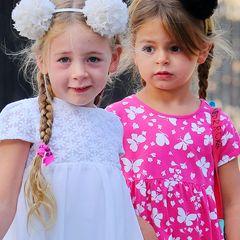 Zwei Mädchen zusammengebunden