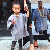 Daddy's girl! Einkaufsbummel mit Mama Kim Kardashian, ganz im Stil von Papa Kanye West: North im grauen Oversize-Pullover, Lederhose, XXL-Goldkette und kleinen Boots.