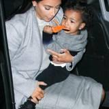 Kim Kardashian setzt bei der Kleiderwahl ihrer Tochter North West stilistisch und farblich viel auf Partnerlook. Norths kuscheliger Pulli mit Farbverlauf passt perfekt zum grauen Outfit ihrer Mutter.