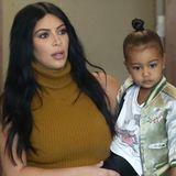 Mickey Mouse, Dr. Martens und eine stylische Blouson-Jacke: North West sticht ihre Mama Kim Kardashian in Sachen Stil eindeutig aus.