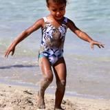 """Auch am Strand von Miami ist der Kardashian Sprössling in ihrem Tiger-Badeanzug der Marke """"We Are Handsome"""" ein echter Hingucker."""
