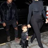 """Als North West mit ihren Eltern Kim Kardashian und Kanye West ihre erste Modenschau von Balenciaga in Paris besucht, überzeugen die drei in einem rockigen """"Familien-Look"""". Zu ihren coolen Boots und Leder-Röckchen trägt die Kleine ein modisches Band-Shirt und beschreitet so total stylisch ihre erste Fashionweek."""