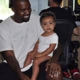 North West hat für ihren Ausflug zu Papa Kanye West ins Tonstudio ein schlichtes weißes Shirt gewählt. Den Musikern gefällt's!