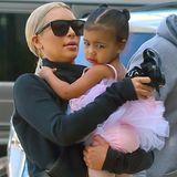 Endlich darf auch North West einmal rosa tragen. Nur bei den süßen Lack-Schühchen hat Mama Kim Kardashian wieder zum alt bewährten Schwarz gegriffen.