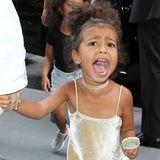 Ist das noch kindgerecht? Für ein Mittagessen mit Mama Kim Kardashian trägt Töchterchen North West ein Samt-Minikleid mit passendem Samt-Collier. Glücklich sieht die Dreijährige nicht aus. Ob es am Blitzlicht der Paparazzi oder dem freizügigen Outfit liegt?