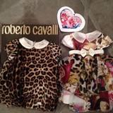 Zur Geburt von Baby North West schickt Modedesigner Roberto Cavalli ein originelles Kleidchen an Mama Kim Kardashian.