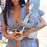 Heute fühlen wir uns meliert! Baby North hat ein graumeliertes Kapuzenjäckchen über das Baumwoll-Outfit geworfen. Wohl kein Zufall, dass Mami Kim heute in Jeansblaumeliert unterwegs ist.
