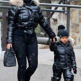 Beim Ausflug ins verschneite Colorado sieht man North West mit ihrer Mutter Kim Kardashian im winterlichen Partnerlook.