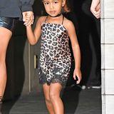 Kim Kardashian scheint der Negligé-Look an ihrer kleinen Tochter zu gefallen: Das Dress mit Leo-Print und Spitze ist allerdings alles andere als geeignet für eine Dreijährige.