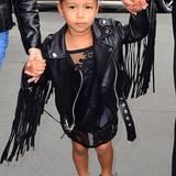 Kim Kardashian scheint North West zu einer kleinen Mini-Kim zu stylen: Ihre Vorliebe für transparente Kleidung lebt der TV-Star auch bei ihrer Tochter aus. So trägt die Kleine ein schwarzes Spitzen-Kleid, das alles andere als bedeckend ist. Kleidet man so sein dreijähriges Kind?
