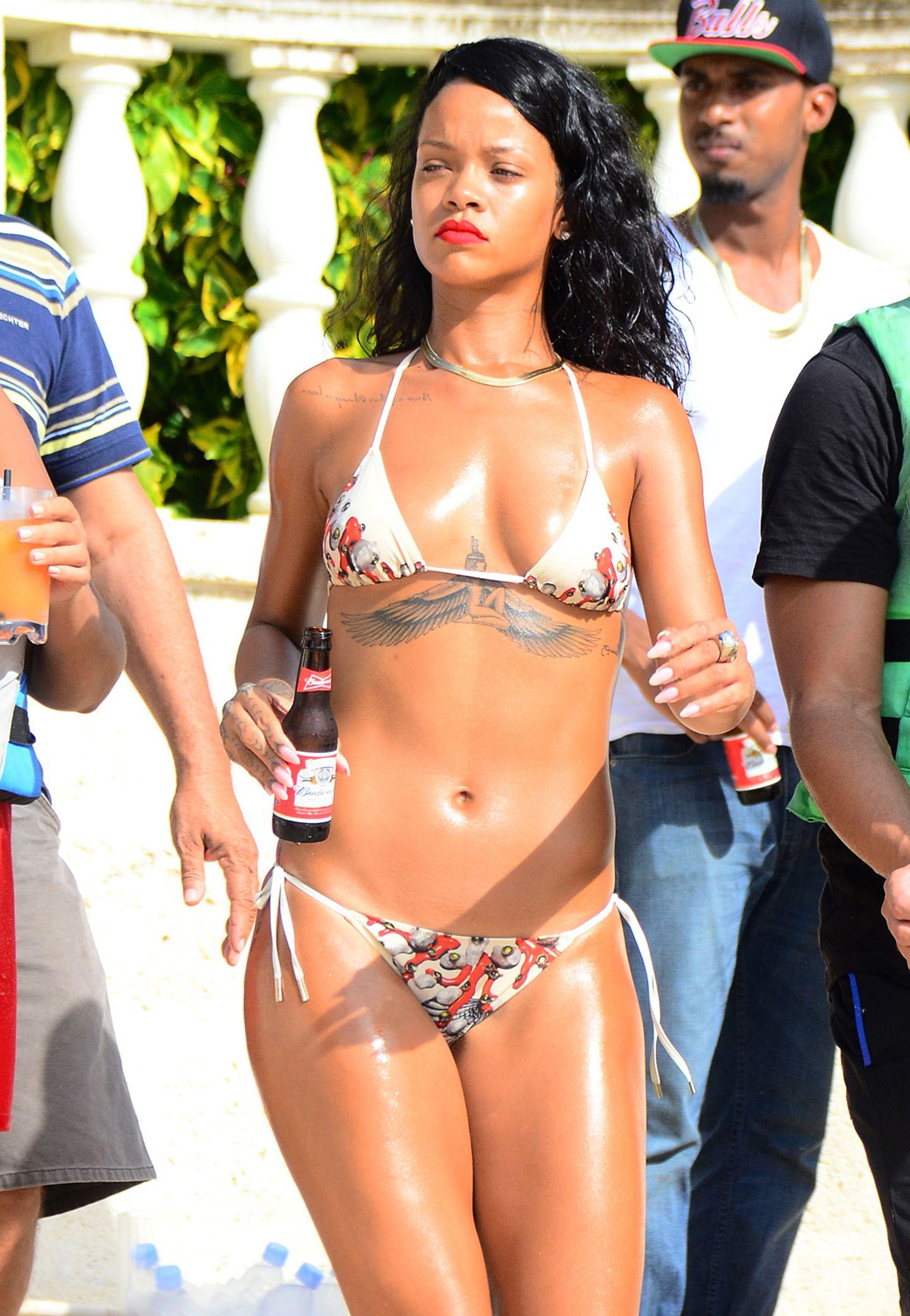 Auch ein knalliger Lippenstift darf für Rihanna am Strand nicht fehlen. Zu ihrem weißen Bikini mit rotem Muster wählt die 26-Jährige ein knalliges Rot auf den Lippen.