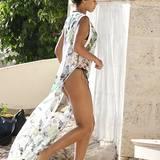 Der schöne Schnitt ihres transparentes Kleides zeigt Rihannas endlos lange Beine.