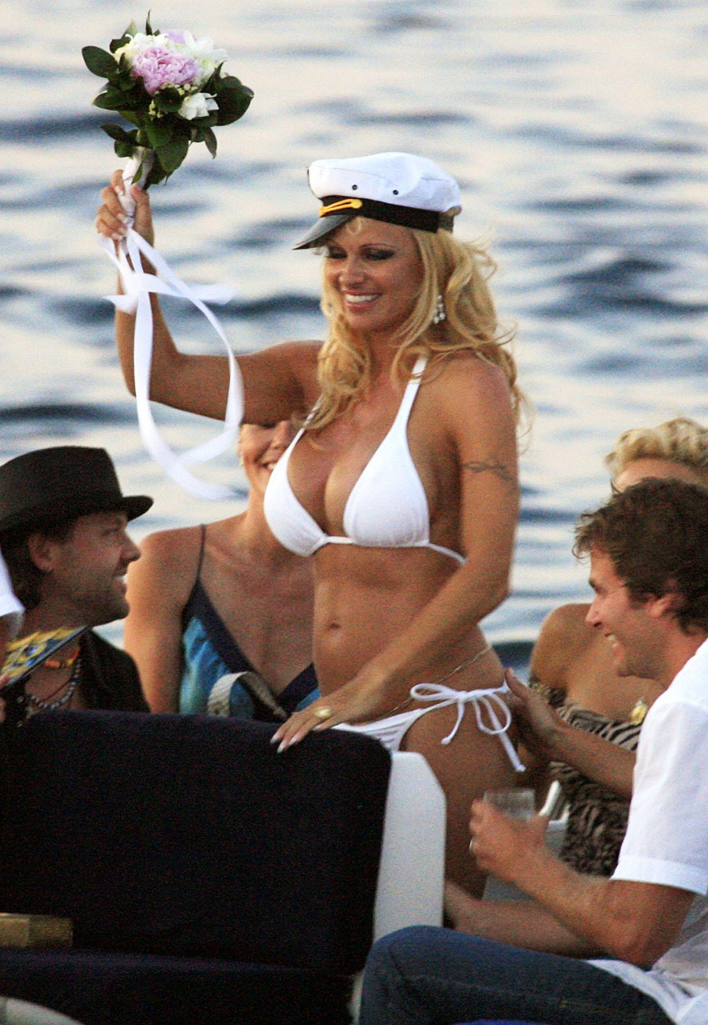 """Wer sonst als Ex-""""Baywatch"""" Pamela Anderson hätte sich im weißen Mini-Bikini vor den """"Altar"""" getraut?! So sexy heiratete sie im Juli 2006 den Musiker Kid Rock. Genützt hat ihr mutiges Hochzeitsoutfit aber nichts, die Ehe hielt gerade mal ein paar Monate, die Scheidung wurde schon im November des selben Jahre eingereicht."""