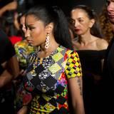 Nicki Minaj verlässt von ihren Bodyguards umrandet die Versace-Show.