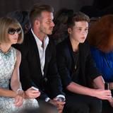 Volle Konzentration für die Show von Victoria Beckham zeigen Vogue-Chefin Anna Wintour, David Beckham und Sohn Brooklyn. Die Geschwister Harper, Cruz und Romeo Beckham sind diesmal nicht mit dabei.