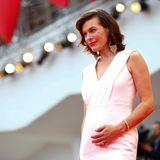 Milla Jovovich präsentiert stolz ihren noch kleinen Babybauch.
