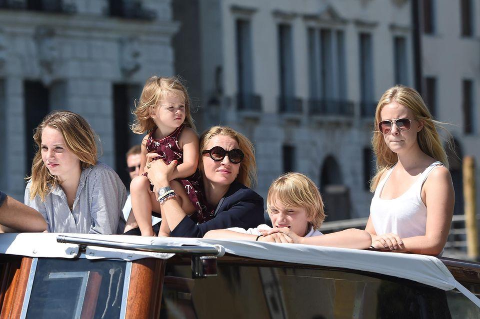 Uma Thurman und ihre Kinder erkunden Venedig vom Wassertaxi aus.