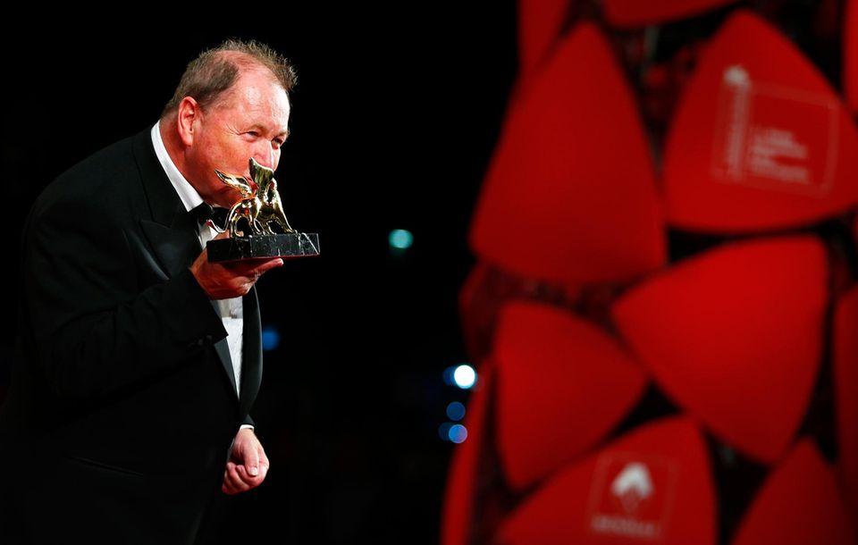 Roy Andersson küsst seinen Goldenen Löwen.