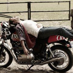 """Der Weg ist für Liefers das Ziel, er macht gern mal Pause, """"um zu gucken"""". Offensichtlich aber auch, um zu entspannen ..."""
