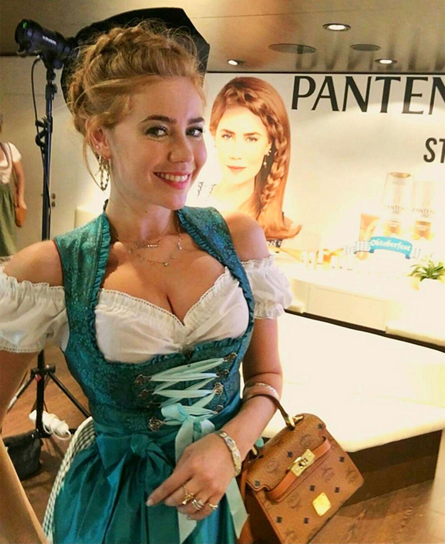 O'zopft is! Palina Rojinski hat sich ihr rote Haarpracht in der Flechtstube von Pantene hochstecken lassen.