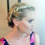 Der geflochtene Fischgräten-Haarkranz von Hollywoodstar Reese Witherspoon unterstreicht ihr romantisches Styling.