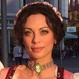 Bei der Wahl ihres Blumen-Haarbands hat Lily Becker nicht nur darauf geachtet, dass es farblich perfekt zu ihrem Dirndl passt. Die Frau von Boris Becker hat dabei auch daran gedacht, einen hübschen Kontrast zu setzen. In ihrem dunklen Haar sticht das Accessoire daher besonders toll hervor.