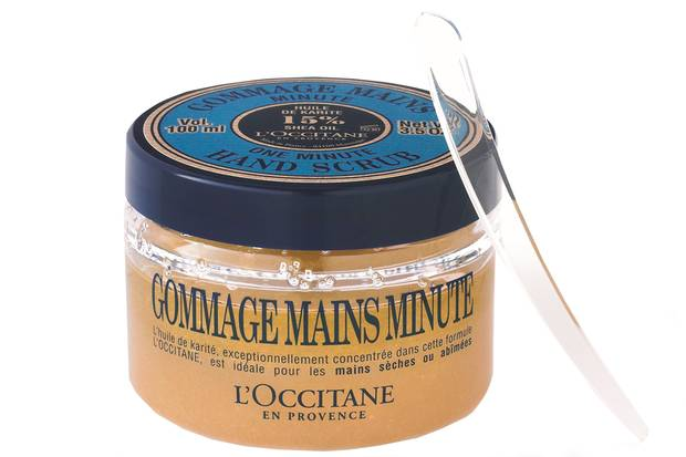 """Schrubbt Schmutz und raue Stellen weg: """"One Minute Hand Scrub"""" mit Karitéöl, von L'Occitane, 100 ml, ca. 16 Euro"""