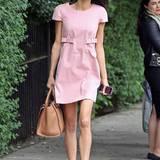 Eleganz trifft auf Extravaganz: Amal Alamuddin lenkt den Blick an ihrem schicken Outfit auf ihre unterschiedlich farbigen Schuhe mit Schnallen-Applikation.