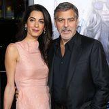 """In ihrem rosafarbenen Cocktailkleid von Roland Mouret stiehlt Amal Clooney ihrem Liebsten George Clooney bei der Filmpremiere von """"Our Brand is Crisis"""" beinahe die Show."""