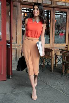 Warten Sie auch auf den Tag, an dem sich Amal Clooney bei ihrer Outfit-Auswahl vertut? Dieser ist es nicht. Im apricotfarbenem Outfit und einem Kragen in Snakeskin-Optik ist sie zum Lunch in New York unterwegs.