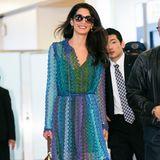 Gute Masche: Bei ihrer Ankunft in Tokio zeigt sich Amal Clooney nicht nur mit einem strahlenden Lächeln, sondern auch im schicken Häkelkleid in Meeresfarben von Missoni.