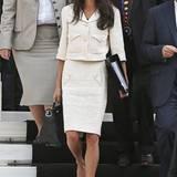 Amal Clooneys Tweed-Zweiteiler von Chanel wirkt durch die aufgesetzten Perlen-Knöpfe besonders elegant. Als farblicher Gegensatz zu ihrem dunklen Haar werden Jäckchen und Bleistiftrock zusätzlich zum absoluten Hingucker.