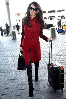 Lady in Red: Amal Clooney schafft es immer wieder ihren edlen Business-Look mit eleganter Weiblichkeit zu kombinieren.