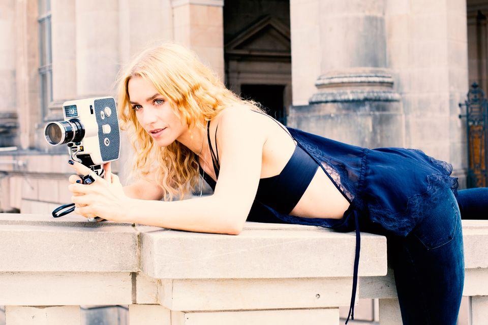 Julia Dietze Schön verrucht sehen schmale Denims aus, wenn man sie mit einem Bustier-Top und einem Lingerie- Oberteil stylt. Wichtig ist hier, dass die Jeans eine klassische Waschung haben, denn ihr Dessin soll nicht vom sexy Rest ablenken. (Alles von H&M)