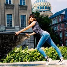 Eva Padberg Selbstbewusst und casual wirken Shaping-Jeans mit einem lässigen T- Shirt (Schrift-Prints feiern ein großes Comeback!) und funky Sneakers (beispielsweise die Koop-Modelle von Nike und Designer Riccardo Tisci). Ein Bandana im Haar sorgt für einen zusätzlichen Eyecatcher. (Jeans und Oberteil von H&M, Sneakers von Nike)