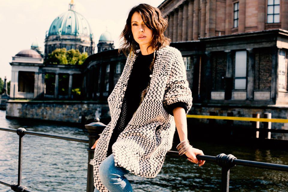 Jana Pallaske Die entspannteste Variante, wie man skinny Denim trägt: mit T-Shirt und Oversize-Strick. (Alles von H&M. Die neue Shaping Denim-Jeans-Kollektion von H&M ist jetzt im Handel. Die Modelle kosten je ca. 50 Euro)