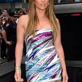 Juni 2010:  Auch wenn die 45-Jährige es sonst eher einfarbig mag, darf es hier ein buntes Bandeaukleid für JLo sein.