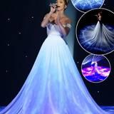 """Pailletten und Glitzer reichen Jennifer Lopez für den absoluten Wow-Effekt nicht mehr aus. Sie setzt bei ihrer """"Feel The Light""""-Performance bei American Idol auf Lichtinstallationen und Galaxie-Projektionen, die ihr Kleid optisch mit dem Boden verschmelzen lassen. Doppelt Wow!"""