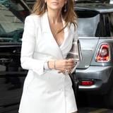 Juni 2011:  Mit einem weißen Kleid im Trenchcoat-Look zeigt JLo, was sie zu bieten hat.