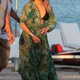 Mai 2013:  Wer macht im Bikini eine bessere Figur als Sexysymbol Jennifer Lopez? Auch im luftigen, weiten Kimono macht Jennifer eine tolle Figur.
