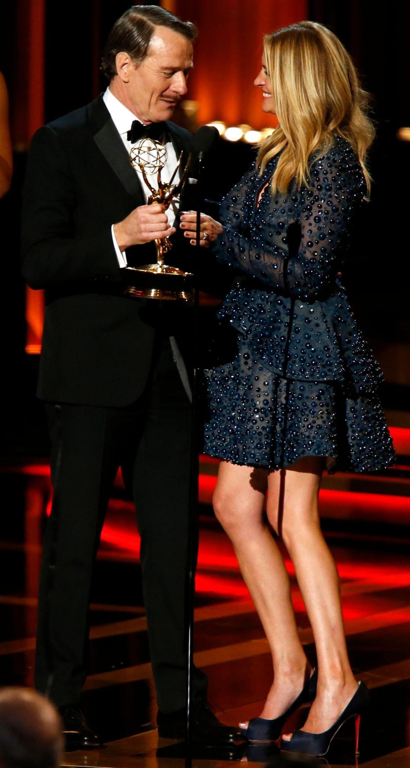 Bryan Cranston nimmt die Auszeichnung von Julia Roberts entgegen.