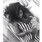 """""""Her Majesty"""" möchte wohl schlafen. Da muss sich sogar Rihanna unterordnen, sieht aber ganz gemütlich aus."""