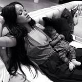 Wie entspannt: Kuscheln mit Rihanna, dieses Privileg hat nur Majesty.