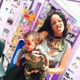 """Mit """"Tante"""" Rihanna ins Piercingstudio, mal eben die Öhrchen stechen lassen. Nur gut, dass Rihanna zum Trösten dabei ist."""