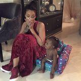 Oh, wie niedlich! Majesty bekommt ihre eigene Kindercouch und Lieblingstante Rihanna darf neben ihr sitzen.