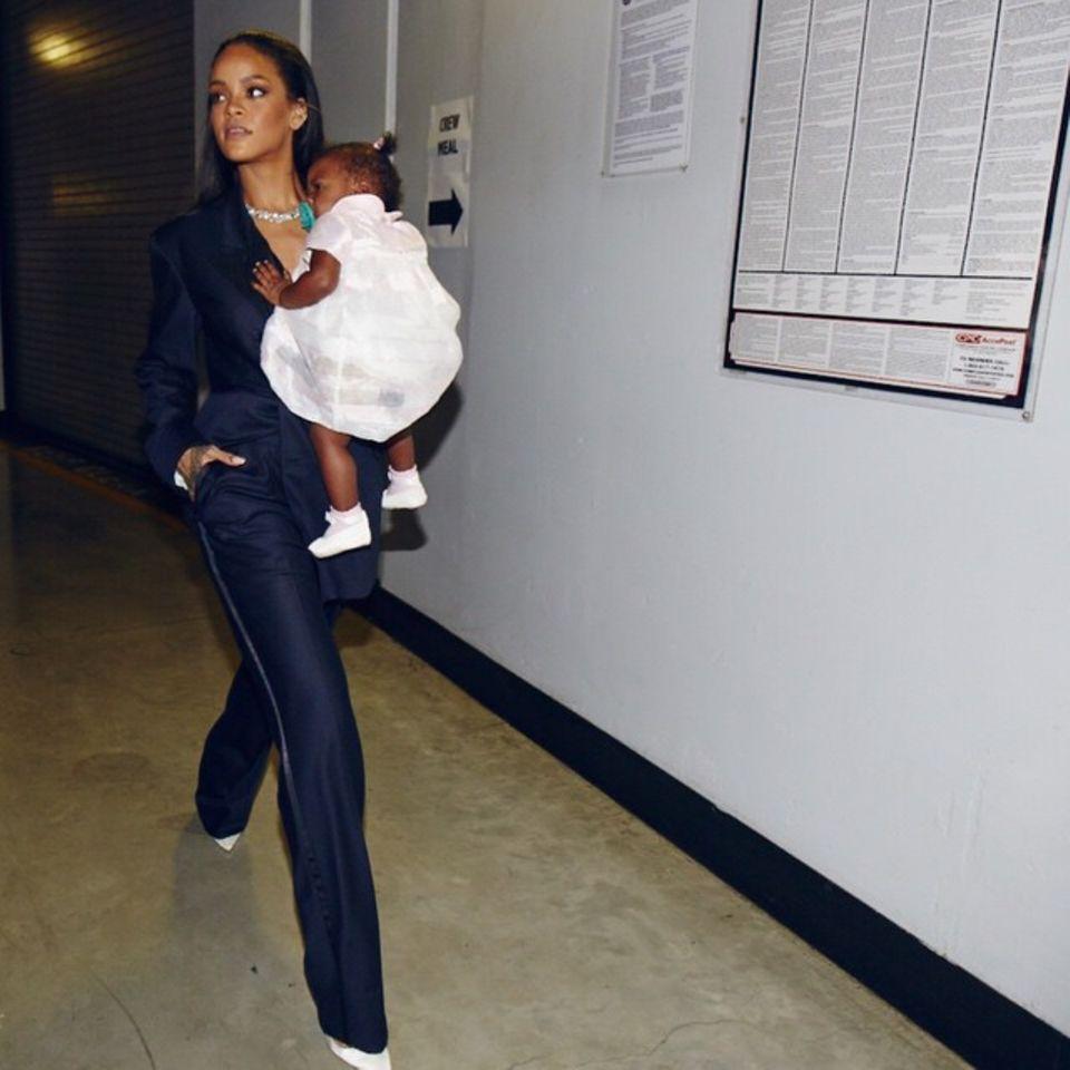 Eben noch steht Rihanna mit Sir Paul McCartney und Kanye West bei den Grammys auf der Bühne, jetzt trägt sie Backstage ihre niedliche Nichte durch die Gegend.