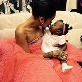 Majestys erste Grammy-Verleihung und sie darf mit einem riesigen Marshmollow kuscheln. Ähm, mit Tante Rihanna, in einer Giambattista Valli-Robe.