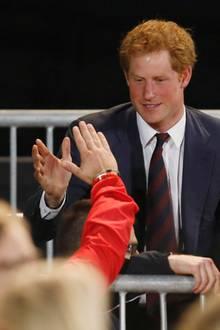 Prinz Harry begrüßt Teilnehmer der dänischen Mannschaft.